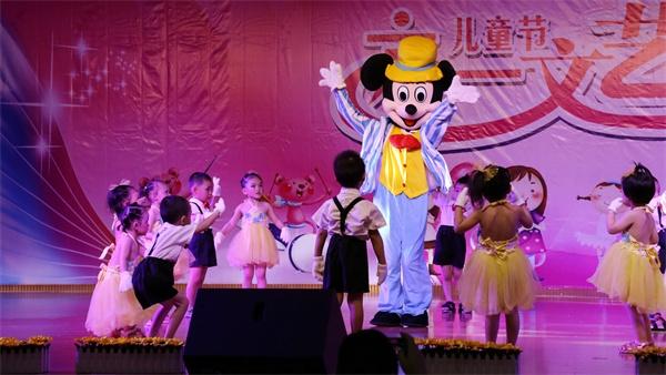 小35班小朋友表演舞蹈《可爱颂》